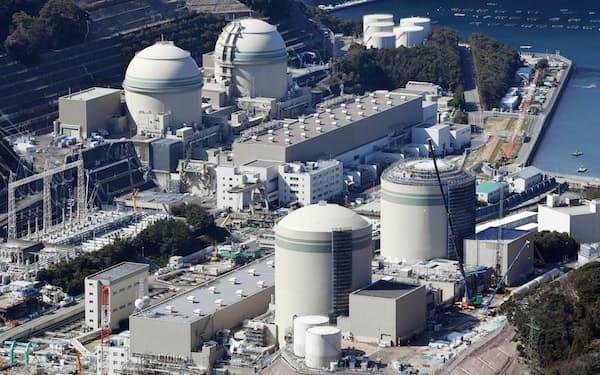 関西電力の高浜原子力発電所。手前の2基が運転開始から40年を超え再稼働を目指している(福井県高浜町)