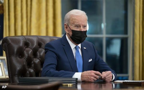 バイデン米大統領はイラク側の意向を踏まえ、ロケット弾攻撃への対応を決めるとみられる=AP
