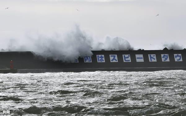 漁港の防波堤に打ち寄せる高波=16日午後、北海道釧路市