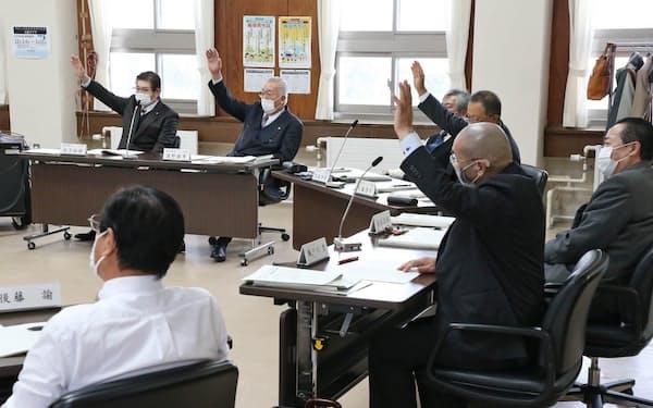 「放射性物質を持ち込ませない条例」を可決する島牧村議会(2020年12月、代表撮影)