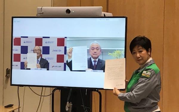 小池知事(右端)らは新型コロナ対策で連携する共同宣言に署名した(16日、都庁)