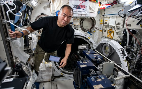 ISSで作業する宇宙飛行士の野口聡一さん=JAXA・NASA提供