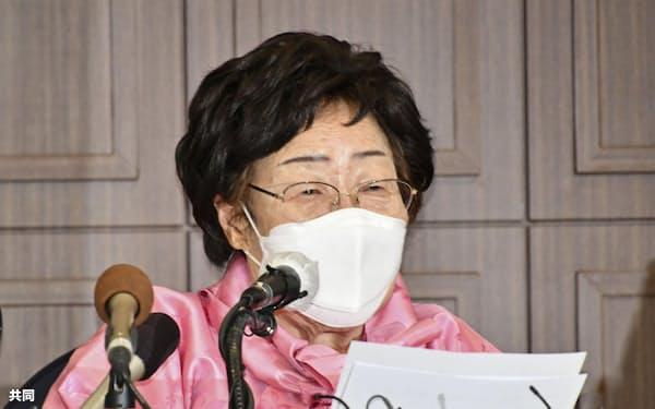 16日、ソウルで記者会見する旧日本軍の韓国人元従軍慰安婦、李容洙さん(共同)