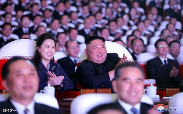 李雪主夫人と公演を観覧する金正恩総書記=朝鮮中央通信・ロイター