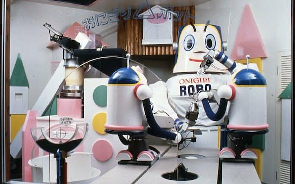 花博で人気を博したおにぎりロボット。左奥に見えるのが連続炊飯装置(大阪ガス提供)
