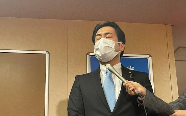 自民党に離党届を提出し、謝罪する白須賀貴樹氏(17日、党本部)