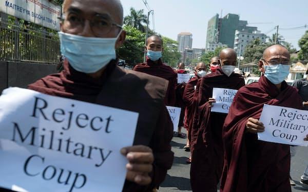 ヤンゴンでは僧侶が列を作り、国連事務所に向けて歩いた(16日)=ロイター