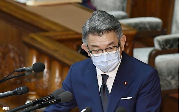 衆院本会議で答弁する武田総務相=16日