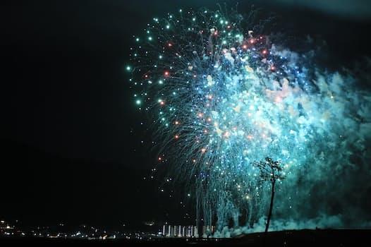 津波被害を受けた三陸地域を盛り上げようと1万発以上が打ち上げられた三陸花火大会。夜空を彩るたびに「奇跡の一本松」のシルエットが浮かび上がった(2020年10月31日、岩手県陸前高田市)
