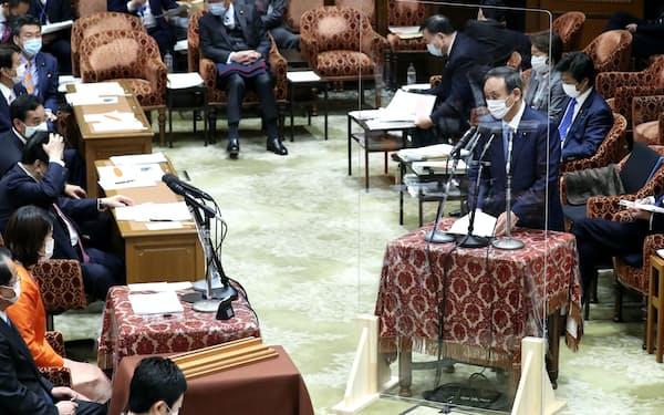 衆院予算委で答弁する菅首相(17日午前)