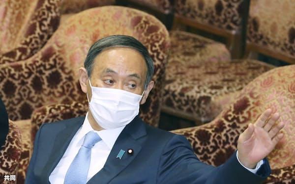 衆院予算委で、答弁のため挙手する菅首相(17日午後)=共同