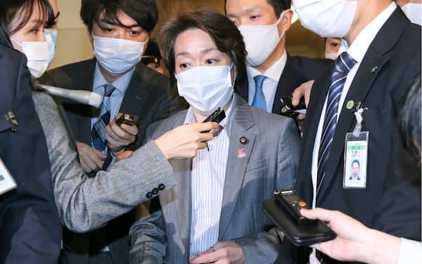 衆院予算委の質疑終了後、報道陣に囲まれる橋本聖子五輪相(17日、国会内)