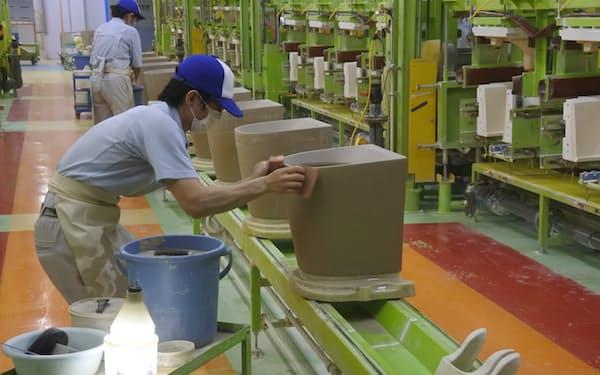 TOTOはリフォーム需要の増加でトイレなど住設機器の販売が伸びている(北九州市の工場)