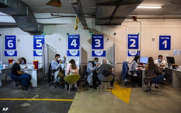 ショッピングモールの駐車場で新型コロナウイルス感染症のワクチン接種を受ける人々(4日、イスラエル・テルアビブ近郊)=AP