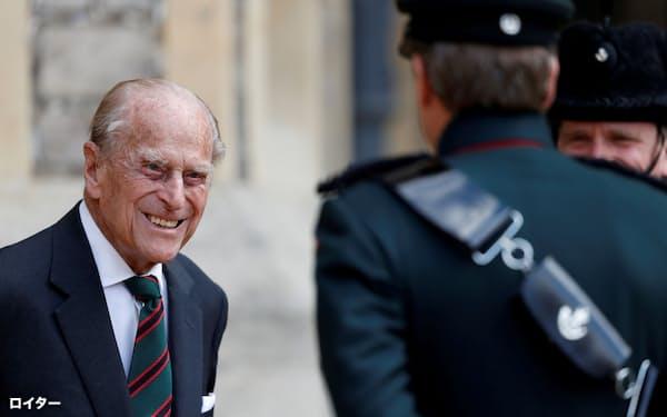 ウィンザー城で談笑するフィリップ殿下(2020年7月)=ロイター