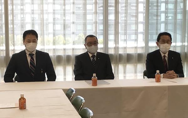 自民党広島県連が公認申請した元経産省官僚の西田英範氏(左。18日、党本部)