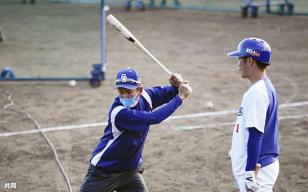 中日・京田陽太(右)に打撃指導する立浪臨時コーチ=共同