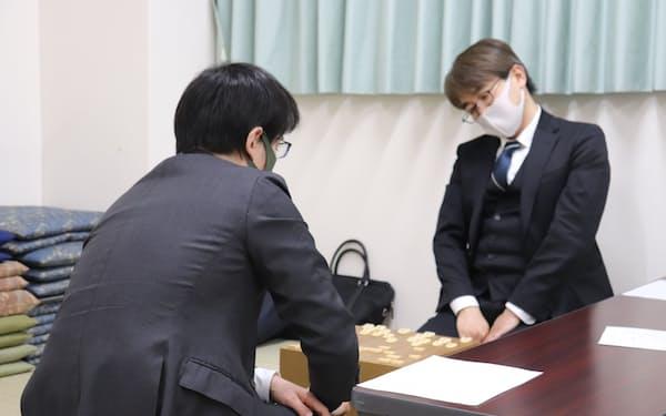 佐々木勇気七段(左)に敗れた後、別室で対局を振り返る羽生九段(18日、東京都渋谷区の将棋会館)