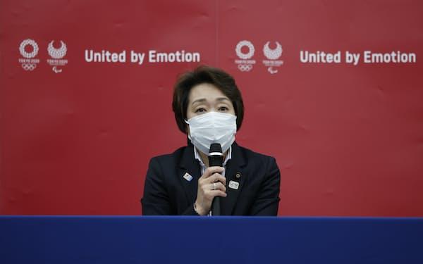東京五輪・パラリンピック組織委の新会長に就任し、記者会見する橋本聖子氏(18日、東京都中央区)=代表撮影