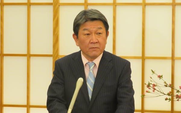 日米豪印の外相協議後、記者団の質問に答える茂木外相(18日、外務省)