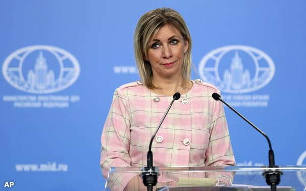 ロシア外務省のザハロワ情報局長(18日、モスクワでの定例会見)=AP