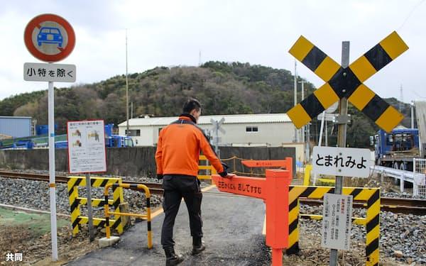 ゲートが設置された「第4種踏切」(17日、山口県長門市)=JR西日本提供・共同
