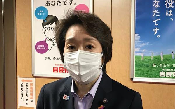 記者団の質問に答える橋本聖子組織委会長(19日、党本部)