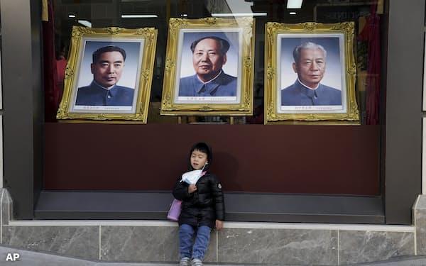 所得不安や教育コストの高さから中国の少子化に歯止めがかからない(北京市)=AP