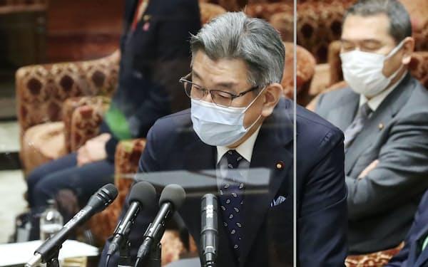 衆院予算委で答弁する武田良太総務相(19日)