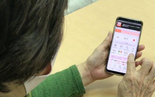 スマートフォンで利用するキャッシュレス決済も増えている