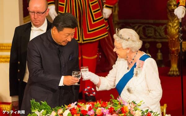 香港への統制をきっかけに英中関係は悪化している(2015年、英国を訪問した習氏㊧とエリザベス英女王)=ゲッティ共同