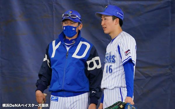 三浦大輔監督(左)と話す大貫。真価が問われる3年目が始まる=球団提供