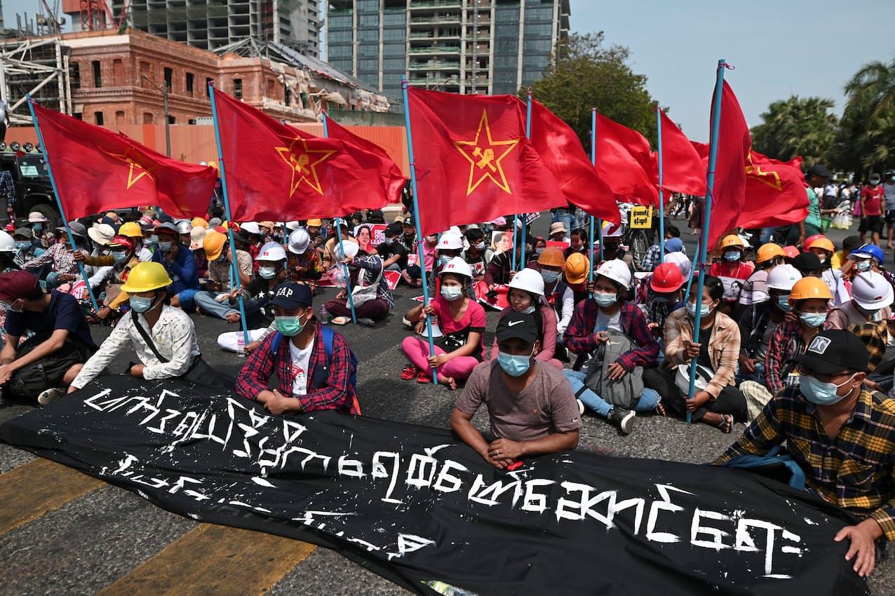 ミャンマーではクーデターへの抗議デモが続いている(19日、ヤンゴン)=ロイター