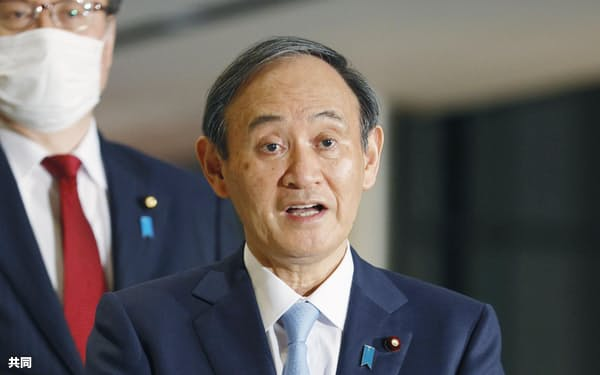 G7首脳とのオンライン首脳会議を終え、記者団の取材に答える菅首相(20日未明、首相官邸)=共同