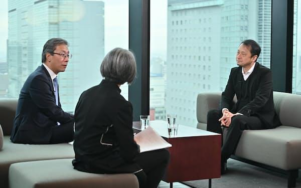 ソフトバンク次期社長の宮川氏(右)と対談する東大次期学長の藤井氏(左)