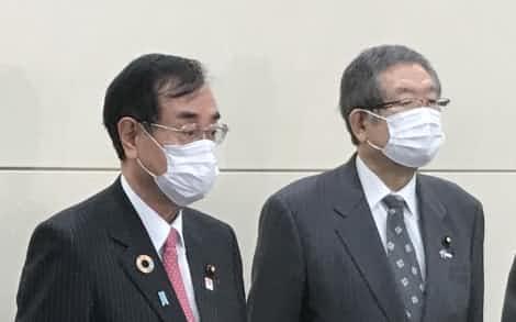 府連の会長に就任した原田氏㊧(20日午後、大阪市)
