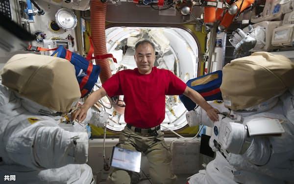 長期滞在中の国際宇宙ステーションで1月、宇宙服と写真に写る野口聡一さん=JAXA/NASA提供・共同