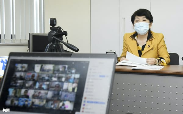 リモートで開かれた社民党全国代表者会議に臨む福島党首=21日午後、東京都中央区