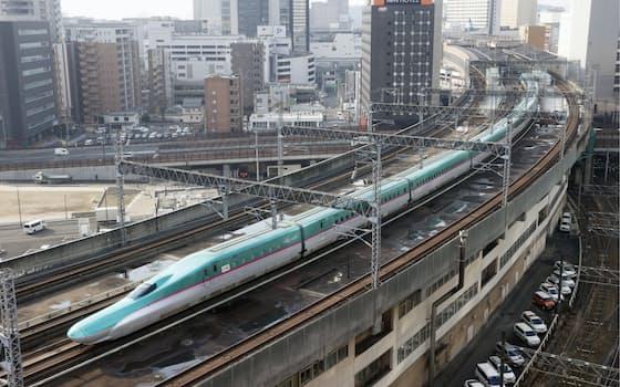 JR仙台駅を出発する、仙台―一ノ関間で運転を再開した東北新幹線(22日午前)=共同