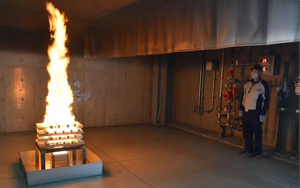 実際に火を起こし炎の移り方や対処法を訓練する