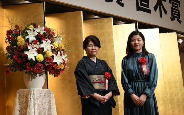 芥川賞を受賞した宇佐見りん(右)と直木賞の西條奈加(2月18日、日本文学振興会提供)
