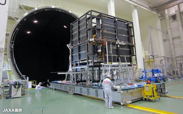 JAXAは直径13メートルの巨大な熱真空設備など幅広い試験装置を貸し出す(JAXA提供)