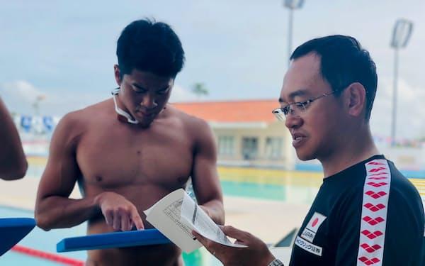 男子バタフライの水沼尚輝(左)を始め、下山は複数の代表候補選手を指導する(本人提供)