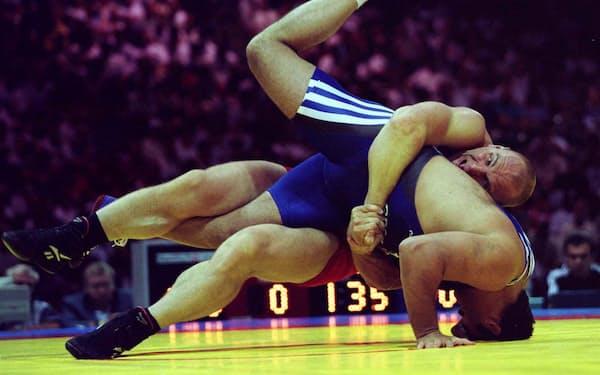 1996年アトランタ五輪で3連覇をなし遂げたカレリン(上)。「カレリンズ・リフト」と名付けられた俵返しを武器に、圧倒的な強さを誇った=ロイター