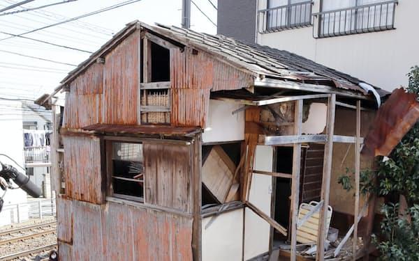 行政代執行で解体作業が始まった空き家(3日午前、東京都葛飾区)
