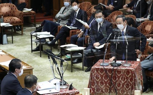衆院予算委で立憲民主党の菅元首相(左端)の質問に答える菅首相(22日午前)
