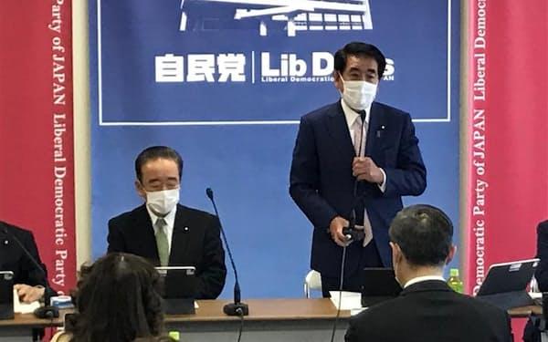 自民党ワクチンPTであいさつする下村政調会長(22日、党本部)