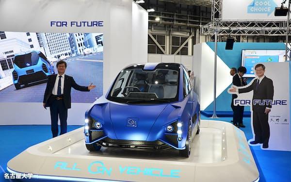 窒化ガリウム半導体を採用した電気自動車と開発リーダーの天野教授(2019年の東京モーターショーで)=名古屋大学提供