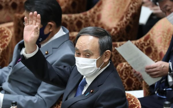 衆院予算委で答弁に立つ菅首相(22日)