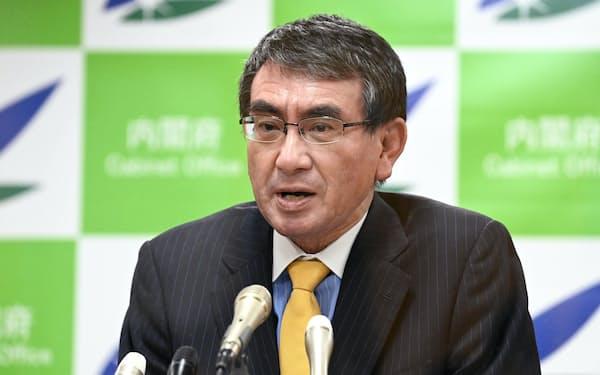 新型コロナワクチンについて記者会見する河野規制改革相(19日、東京・永田町)